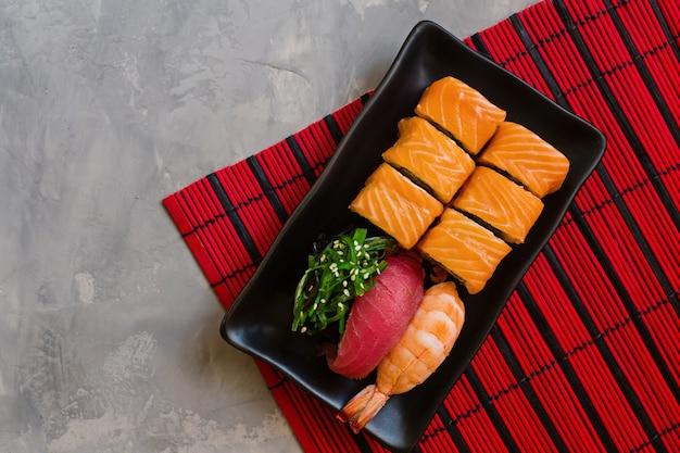 Sushi sur béton gris