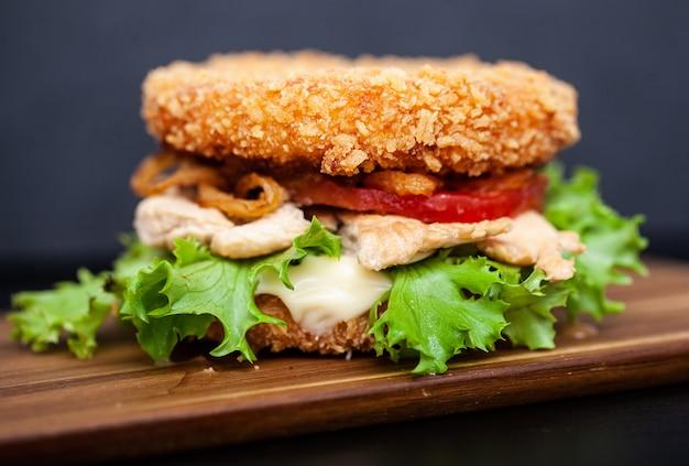 Sushi burger avec une variété d'ingrédients savoureux sur un fond sombre