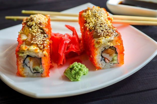 Sushi californien aux crevettes et saumon, roulé au caviar de poisson volant