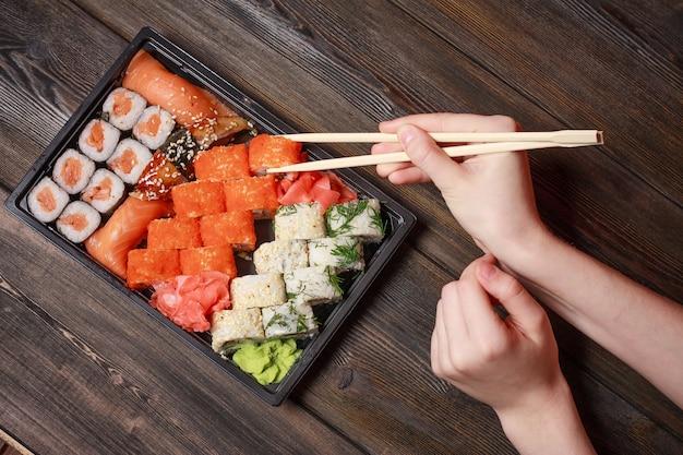 Sushi de cuisine asiatique et rouleaux en quarantaine dans l'auto-isolement, livraison de nourriture à domicile