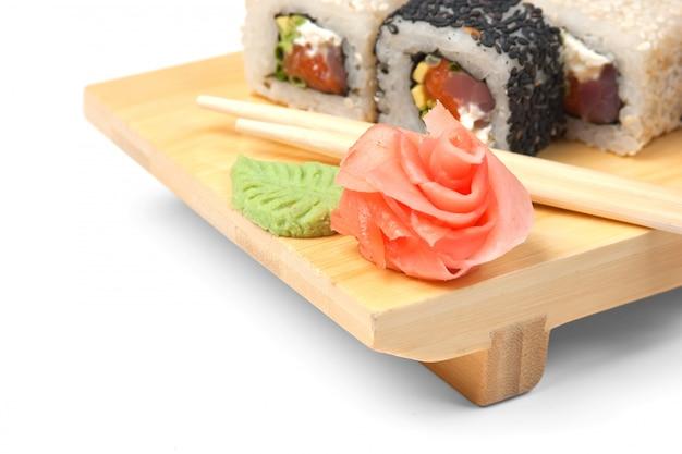 Sushi de cuisine asiatique traditionnelle sur plaque de bois isolé