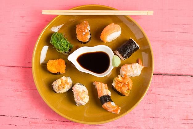 Sushi de cuisine japonaise sur fond de bois rose