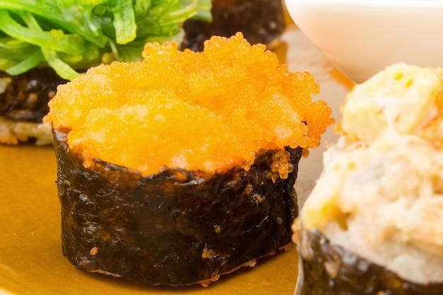 Sushi de cuisine japonaise sur gros plan plat.