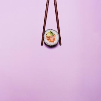 Sushi dans les baguettes