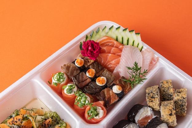 Sushi dans un récipient en polystyrène sur la table