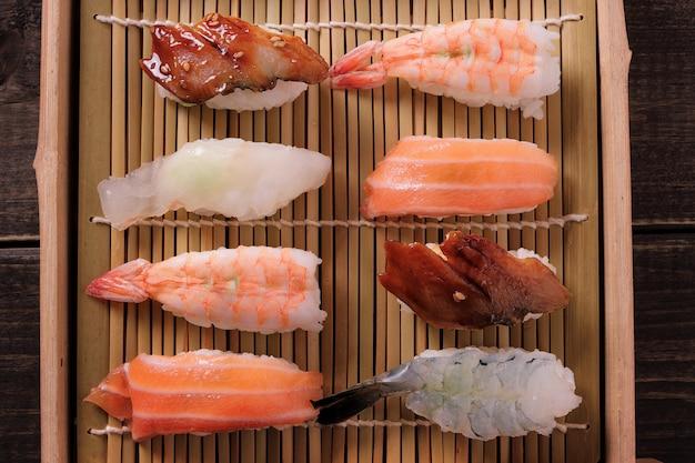 Sushi différents assortiment de plateau en bois à emporter vue de dessus