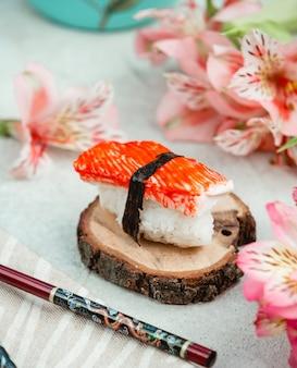 Sushi avec du riz et des bâtons de crabe