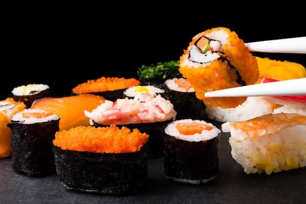 Sushi sur fond noir, cuisine japonaise.