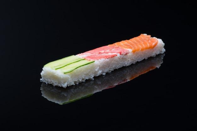 Sushi sur fond noir avec reflet