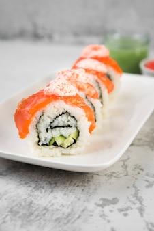 Sushi frais sur plaque