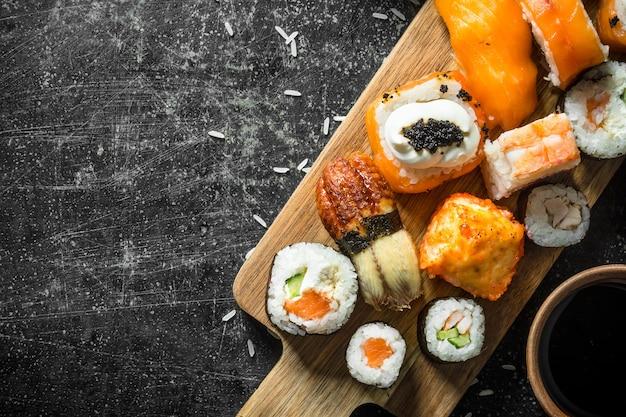 Sushi frais et rouleaux avec sauce soja.