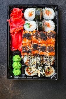 Sushi frais roulés saumon poisson poisson volant oeufs légumes