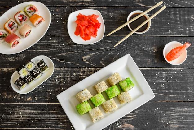 Sushi frais et savoureux sur fond sombre. il peut être utilisé comme arrière-plan