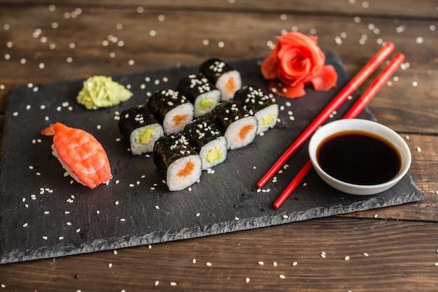 Sushi frais et savoureux sur fond sombre.
