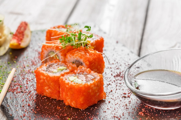Sushi frais sur une table en bois rustique