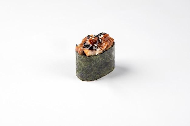 Sushi gunkan sur une surface blanche. menu, nourriture japonaise.