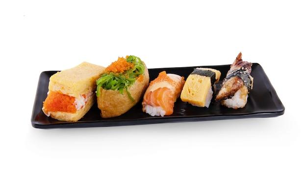 Sushi isolé sur fond blanc