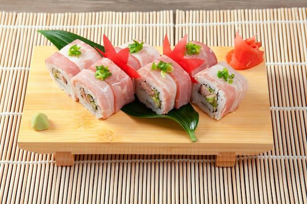Sushi japonais cuisine japonaise traditionnelle. rouleau de bacon