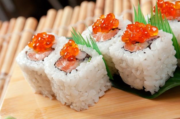 Sushi japonais cuisine japonaise traditionnelle rouleau de poisson fumé et oeufs rouges