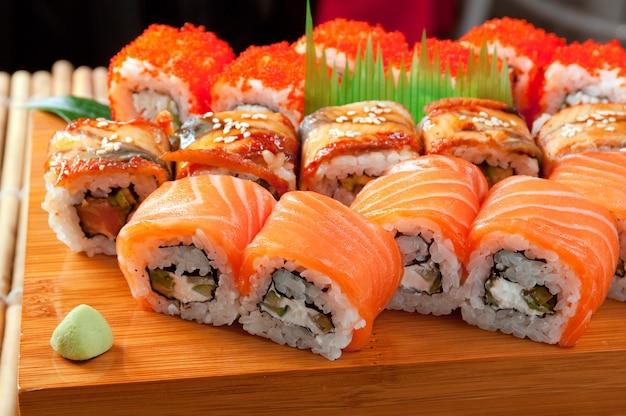 Sushi japonais cuisine japonaise traditionnelle. rouleau de poisson fumé