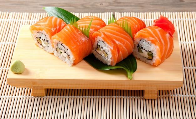 Sushi japonais cuisine japonaise traditionnelle. rouleau de saumon