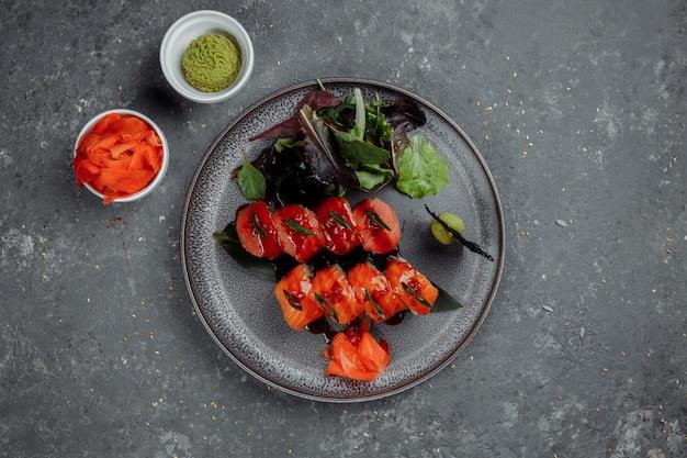 Sushi Japonais - Dragon Rouge. Avocat, Saumon Et Fromage à Sushi. Vue De Dessus. Photo Premium