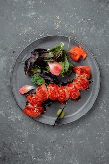 Sushi japonais-dragon rouge