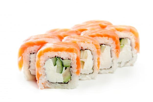 Sushi japonais roule sur blanc