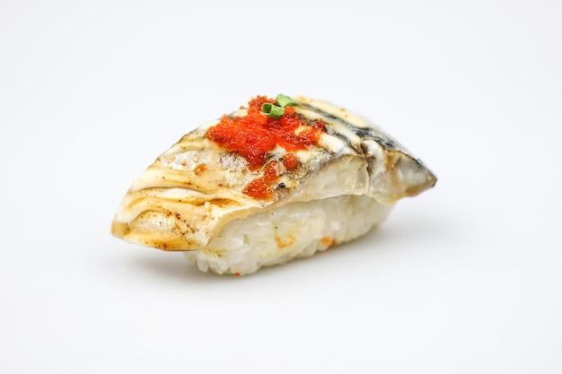 Sushi japonais saba ou sushi de poisson maquereau cru