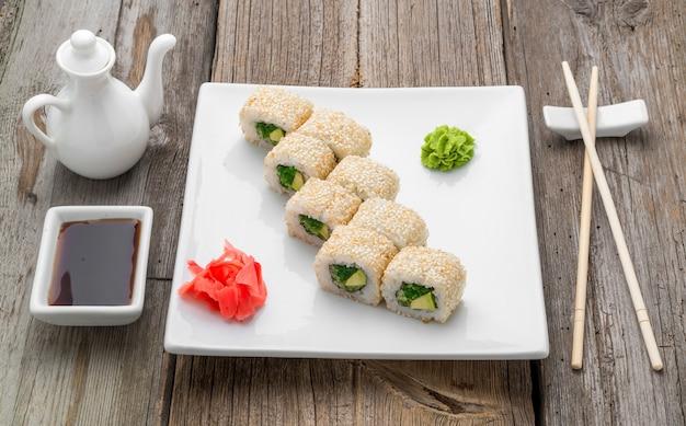 Sushi japonais traditionnel et petits pains aux fruits de mer frais