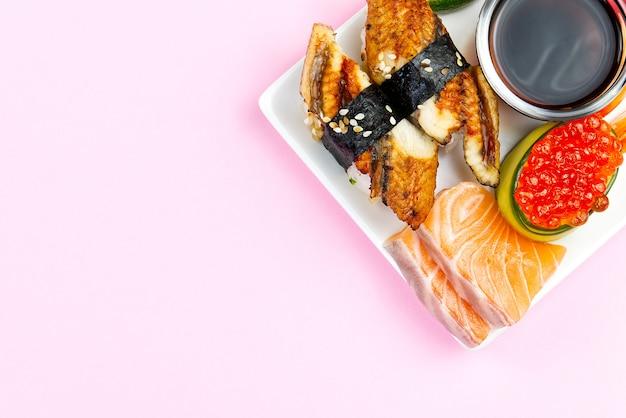 Sushi japonais traditionnel sur une plaque blanche