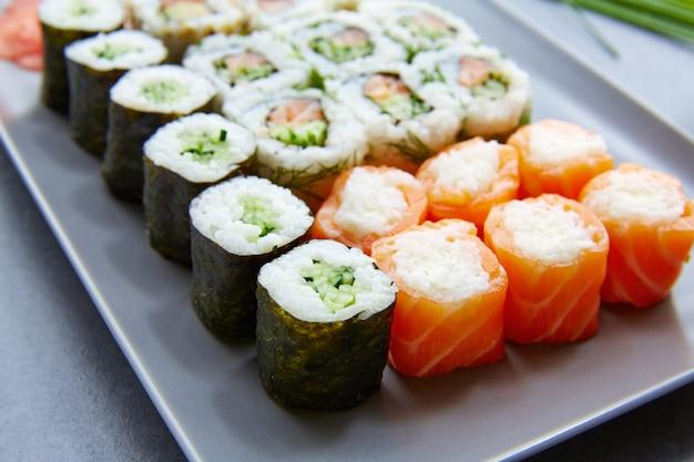 Sushi maki et niguiri california roulent