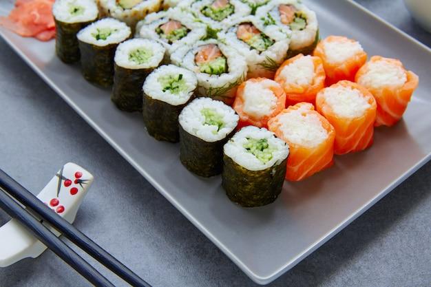 Sushi maki et niguiri avec rouleau californien