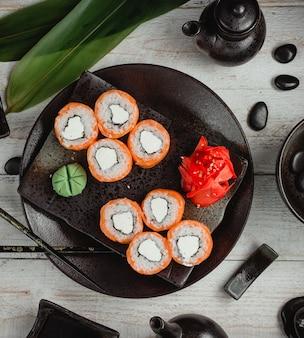 Sushi avec mayonnaise au riz, gingembre et wasabi
