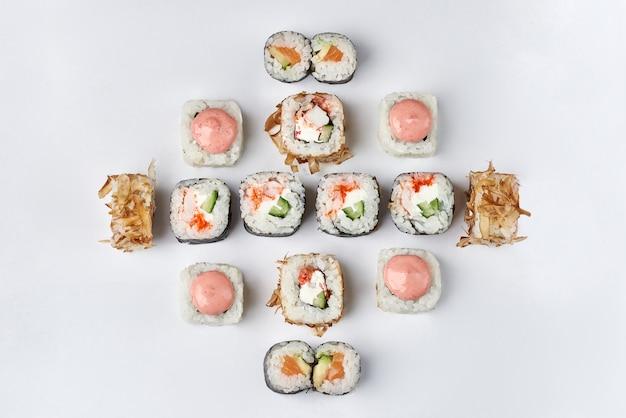 Sushi mixte sur espace blanc