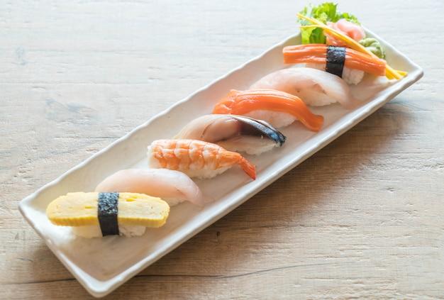 Sushi de nigiri cru et frais dans une assiette blanche