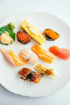 Sushi nigiri cru et frais dans une assiette blanche