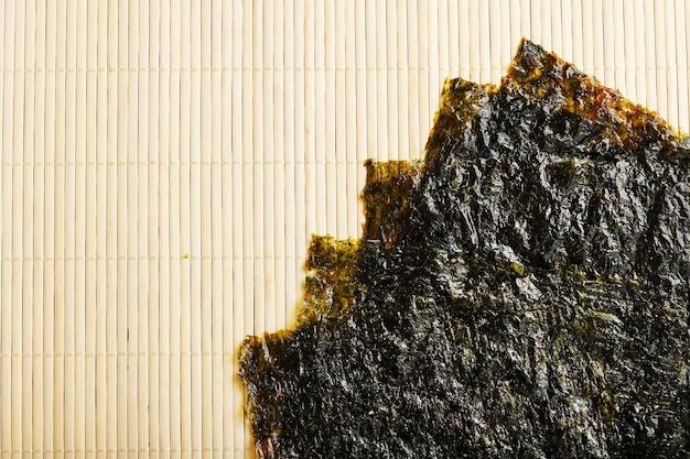 Sushi nori laisse sur la surface du bambou