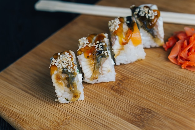 Sushi et petits pains sur la table, livraison à domicile