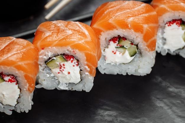 Sushi philadelphia sur une plaque décorative en pierre