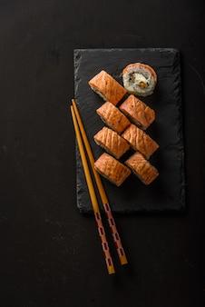 Sushi sur une pierre