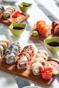 Sushi sur une planche de bois avec sauce soja
