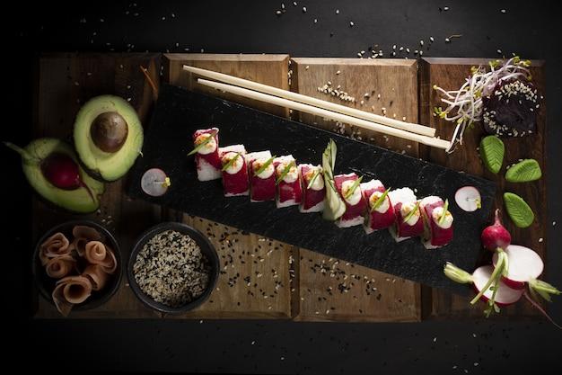Sushi sur une plaque style photographie alimentaire sombre