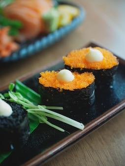 Sushi sur le plat, cuisine japonaise
