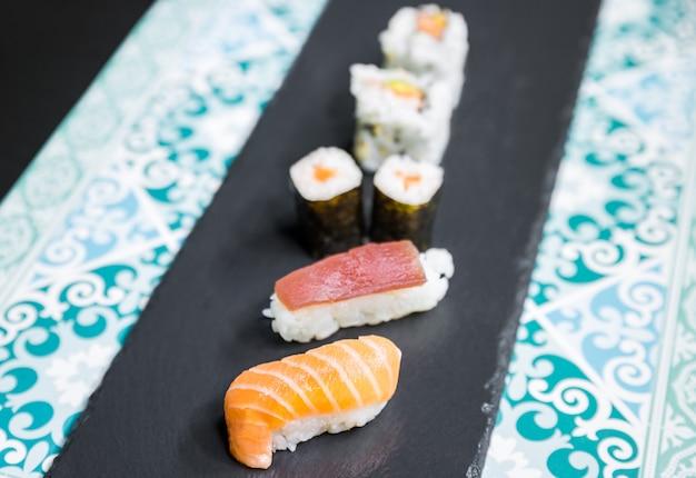 Le sushi, un plat typiquement japonais préparé à base de riz et de divers poissons crus.