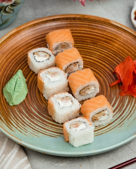 Sushi de poisson sur une assiette circulaire