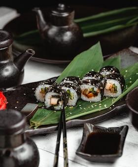 Sushi avec poisson de riz et gingembre