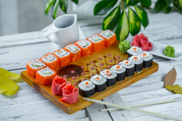Sushi posé sur la table