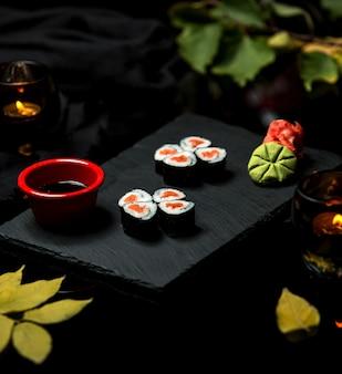 Sushi de riz noir sur l'assiette