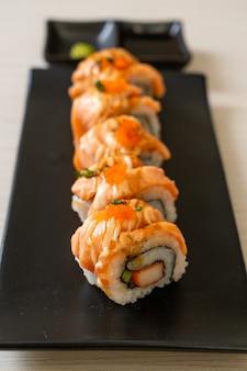 Sushi roll au saumon grillé avec sauce
